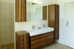 Badezimmer_Badezimmer-in-Nussholz-massiv-farblos-lackiert