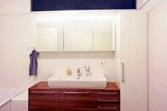 Badezimmer_Badezimmer-in-Nussholz-massiv-und-weiss-Hochglanz