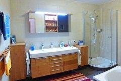 Badezimmer_Badezimmermoebel-in-Kirschholz-massiv-farblos-lackiert