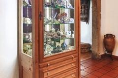 Einzelstuecke_Mineralienschrank-im-alten-Stil-eines-Bauernkastens-aus-Altholz-Fichte-mit-rustikalen-Beschlaegen