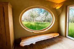 Einzelstuecke_Sitzbank-in-Eibe-Massivholz-mit-Naturkante-und-Fensterbrett-stumpfmatt-lackiert