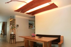 Essbereich_Deckengestaltung-mit-dimmbarem-Licht-Tisch-in-Kernbuche-massiv
