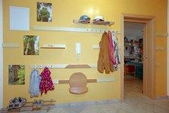 Garderobe_Wandgestaltung-als-Garderobe-in-massiven-Ahorn-und-Birnholz