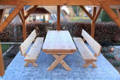 Holz-im-Auszenbereich_Sitzgruppe-in-Laerche-massiv-mit-Naturkantendesign-Oberflaeche-geoelt-01