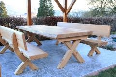 Holz-im-Auszenbereich_Sitzgruppe-in-Laerche-massiv-mit-Naturkantendesign-Oberflaeche-geoelt-02