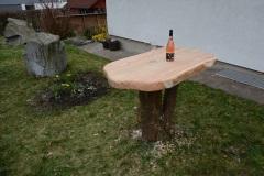 Holz-im-Auszenbereich_Stehtisch-aus-Laerchenholz-massiv-auf-Baumstumpf-montiert