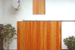 Holz-im-Auszenbereich_Verkleidung-eines-Schiebetores-und-einer-Heubodentuer-mit-Profilen-aus-massivem-Laerchenholz