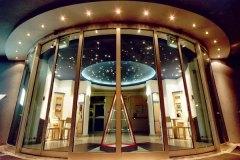 Innenarchitektur_LKH-Steyr-Kreiszsaal-Eingang-Halle-von-auszen