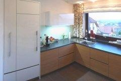 Kueche_INTUO-Küche-Fronten-in-Eiche-und-Hochglanz-weiß-1