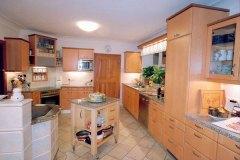 Kueche_Küche-in-Ahorn-und-Birnholz-kombiniert-mit-Granitplatte