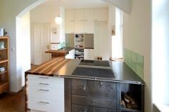 Kueche_Küche-mit-Arbeitsplatten-aus-Nussholz-massiv-Oberflaeche-geoelt-01