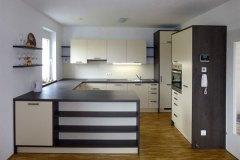 Kueche_Moderne-und-funktionelle-Küche-in-Creme-und-Rifteiche-dunkel