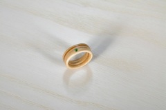 Ringe_Ring-aus-Ahorn-und-Eibe-mit-gruenen-Kristallen-von-Swarovski ®