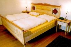 Schlafzimmer_Bett-aus-massivem-Birken-Birn-und-Nussholz-kombiniert