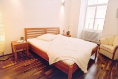 Schlafzimmer_Bett-aus-massivem-Birnholz