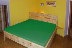Schlafzimmer_Bett-aus-massivem-Zirbenholz-Kopfhaupt-mit-Naturkante