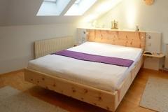 Schlafzimmer_Bett-aus-massivem-Zirbenholz-schwebende-Optik-seitlich-Ablagen