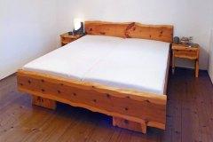 Schlafzimmer_Bett-aus-massivem-Zirbenholz