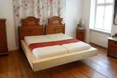 Schlafzimmer_Bettrahmen-aus-massivem-Birkenholz-kombiniert-mit-alten-Kopfhaeuptern
