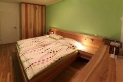 Schlafzimmer_Schlafzimmer-in-Kernesche-massiv-Oberflaeche-geoelt-02