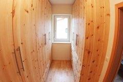 Schlafzimmer_Schrankraum-aus-massivem-Zirbenholz-01-geoelt