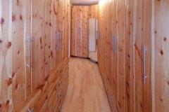 Schlafzimmer_Schrankraum-aus-massivem-Zirbenholz-02-geoelt