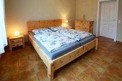 Schlafzimmer_Zirbenholzbett-gebuerstet-und-geoelt