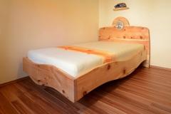 Schlafzimmer_Zirbenholzbett-mit-Keramikscheibe-Baum-des-Lebens-01-kl