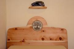 Schlafzimmer_Zirbenholzbett-mit-Keramikscheibe-Baum-des-Lebens-02-kl