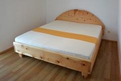 Schlafzimmer_Zirbenholzbett-mit-gebogenem-Kopfhaupt-01