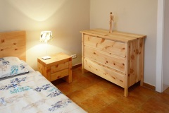 Schlafzimmer_Zirbenholzkommode-gebuerstet-und-geoelt