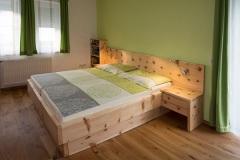 Schlafzimmer_Zirbenholzschlafzimmer-mit-geraeumigen-Bettladen-01