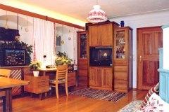 Wohnzimmer_Bauernstube-in-massivem-Birn-und-Nussholz-kombiniert-01