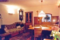 Wohnzimmer_Bauernstube-in-massivem-Birn-und-Nussholz-kombiniert-02