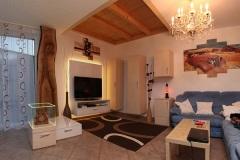 Wohnzimmer_Wohnzimmer-in-Ahorndekor-und-weisz-Hochglanz-mit-naturbelassenem-Nussholzpfosten