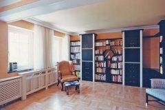 Wohnzimmer_Wohnzimmer-in-schwarzer-Porenstruktur-mit-elfenbeinfarbenen-Elementen-kombiniert